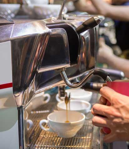 Barista monta latte con macchina da caffe