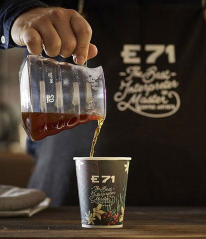 barista che prepara un caffè filtro